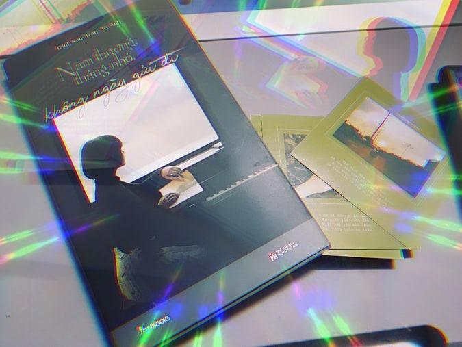 """Review sách """" Năm thương, tháng nhớ, không ngày gửi đi"""" : Vui, buồn, giận hờn, tiếc nuối, mang chất nhạc,chất thơ vào trong từng câu chuyện tình yêu 1"""